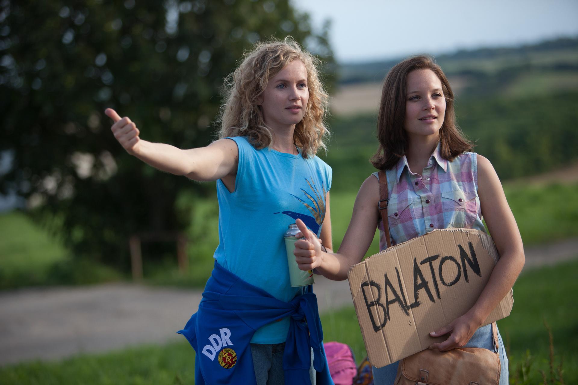 Die beiden Schwestern Catrin Streesemann (Cornelia Gröschel, l.) und Maja Streesemann (Sonja Gerhardt, r.) versuchen per Anhalter zum Balaton zu kommen, wo sie ihren gemeinsamen Urlaub verbringen möchten.